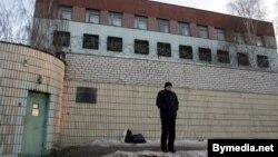 Спэцпрымальнік-разьмеркавальнік на завулку Акрэсьціна ў Менску.