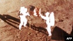 Нил Армстронг и Базз Олдрин водружают флаг США на Луне. 20 июля 1969 года