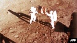 Astronautët Armstron dhe Aldrin e vendosin flamurin amerikan në sipërfaqen e Hënës më 20 korrik 1969