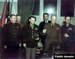 Представители союзников после подписания капитуляции в Реймсе. Слева направо: генерал-майор Суслопаров, генерал Смит, главнокомандующий армиями союзников Дуайт Эйзенхауэр, маршал ВВС Великобритании Артур Теддер