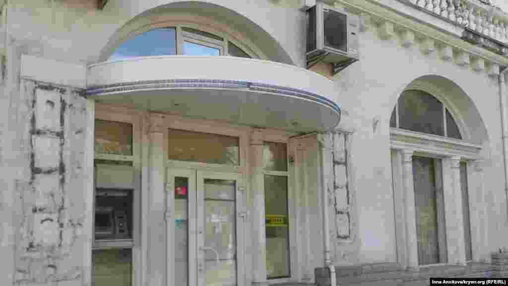 Масовий вихід банків з півострова, покинуті офіси могли залишатися і в такому вигляді Севастополь, 26 жовтня 2014 року, вулиця Леніна