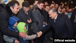Prezident Shavkat Mirziyoev Berlinda o'zbek yoshlari bilan qisqa suhbatlashdi.