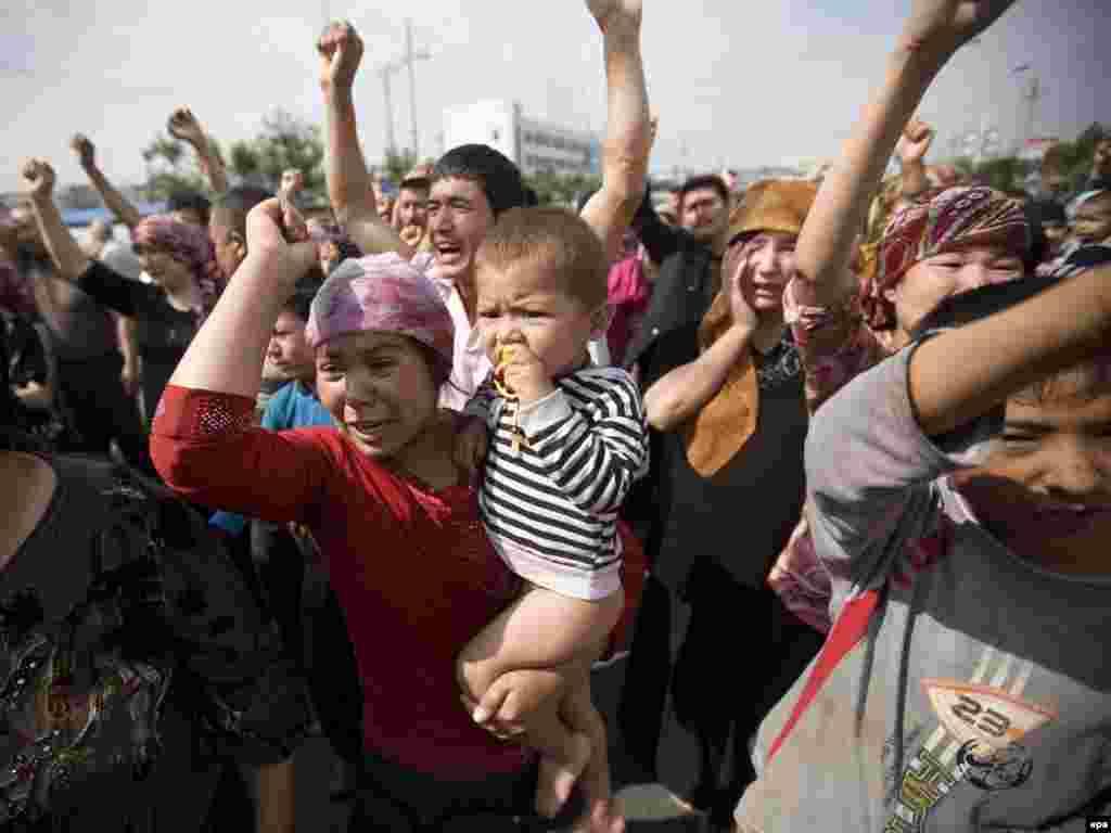 Уйгурские женщины протестуют в Урумчи после волнений 5 июля 2009 года, в результате которых, по официальным данным, погибли 140 человек и более 800 ранены.