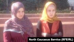 Яхсат Магомедова, жена пропавшего Ислама Магомедова, и Мадина Исламова, жена пропавшего Шамиля Джамалудинова, на митинге.