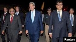 Глава госдепартамента США Джон Керри (второй справа) во время прибытия в Исламабад, 31 июля 2013 года.