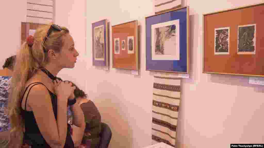 Відвідувачка розглядає одні з перших ілюстрацій до твору «Каменярі»