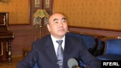 """Аскар Акаев """"Азаттыктын"""" суроолоруна жооп берүүдө, 2010-жылдын 23-марты."""