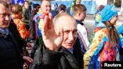 Владимир Путиннің Сочи олимпиадасындағы Ресей ұлттық құрамасымен бірге жүрген суреті. 5 ақпан 2014 жыл.