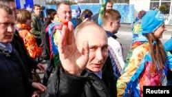 Президент России Владимир Путин вместе со спортсменами российской сборной в Олимпийской деревне в Сочи. 5 февраля 2014 года.