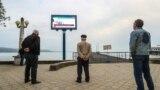 Жители Сухуми смотрят телевизор на набережной Махаджиров, март 2017 года. Иллюстрационное фото