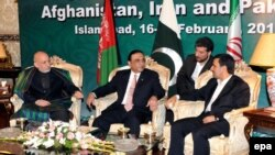 Asif Ali Zardari (ortada), Hamid Karzaý (çepde) we Mahmud Ahmedinejad Yslamabatda, 16-njy fewral.