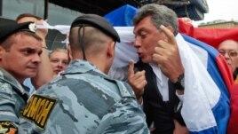 Boris Nemcov tokom protesta opozicije, 2010.