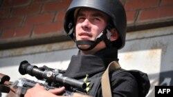 Украин армиясынын жоокери Харьков облусунда аскердик бекетте күзөттө турат.