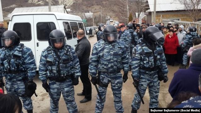 Обыск в с. Холмовка в Крыму 11 февраля 2016 года