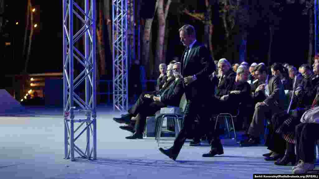 Голова Європейської ради Дональд Туск поспішає на сцену
