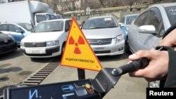 Yaponiyadan Vladivostok portiga olib kelingan qo'llanilgan avtomobillarning radiatsiya darajasi tekshirilmoqda.