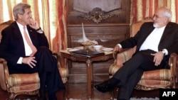 АҚШ мемлекеттік хатшысы Джон Керри (сол жақта) Иран сыртқы істер министрі Джавад Зарифпен кездесуде. Вашингтон, 27 сәуір 2015 жыл.