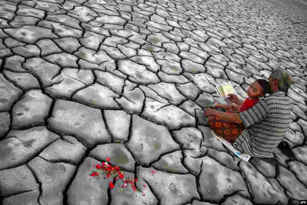 Lutje për viktimat e shkaktuara nga vullkani në Ishullin Java.