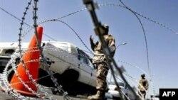 Новое иракское правительство начало наводить порядок со столицы. Повсеместные проверки на дорогах привели к тому, что багдадцы теперь тратят вдвое больше времени, чтобы добраться из дома на работу