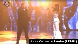 Амирхан Умаев во время исполнения песни (скриншот с видео, размещенного Рамзаном Кадыровым соцсетях)