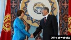 Верховный представитель Евросоюза Кэтрин Эштон и президент Кыргызстана Алмазбек Атамбаев. Бишкек, 27 ноября 2012 года.