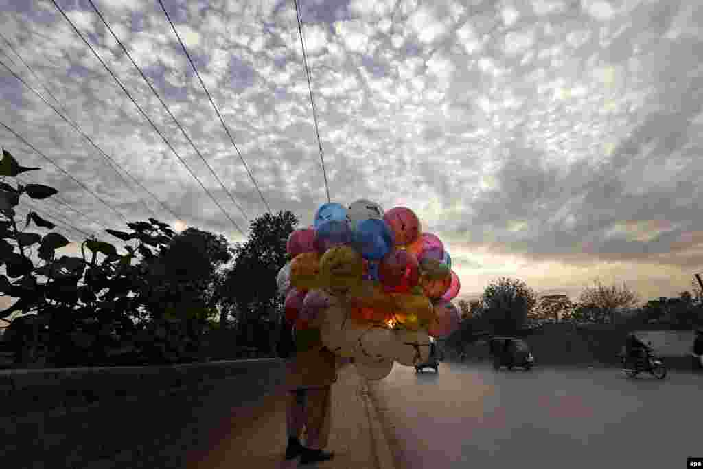 A man sells balloons on a roadside in Peshawar, Pakistan. (epa/Arshad Arbab)