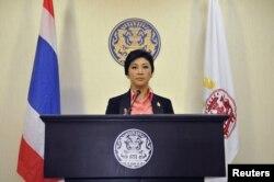 Йинглак Чинават на пресс-конференции в штаб-квартире полиции Бангкока
