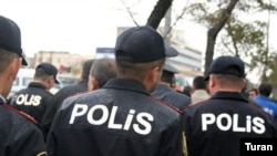 Aksiya iştirakçılarından üç nəfərin polis bölməsinə aparıldığı bildirilir