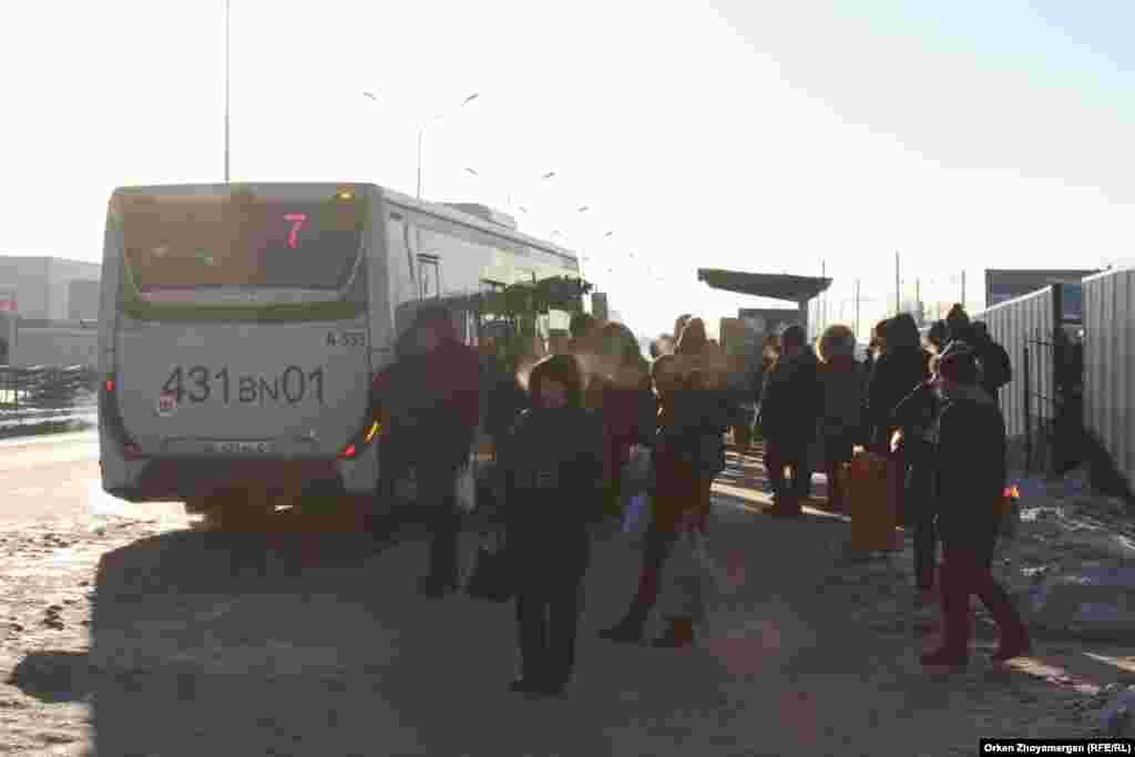 Автобусная остановка. Некоторые организации в Астане из-за сильных морозов отпускают сотрудников с работы пораньше.