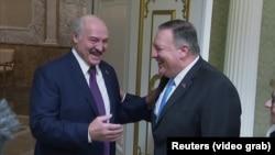 Mike Pompeo (sağda) Alyaksandr Lukashenka ilə bu ilin fevralında görüşüb