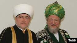 Ravil Gainutdin (left), chief mufti of Russia's Central Spiritual Board of Muslims, with Talgat Tajuddin in March 2009