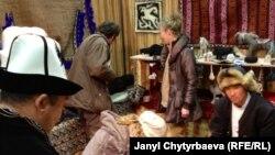 Фестивалда көргөзмөгө коюлган кыргыздын улуттук буюмдарынын салону