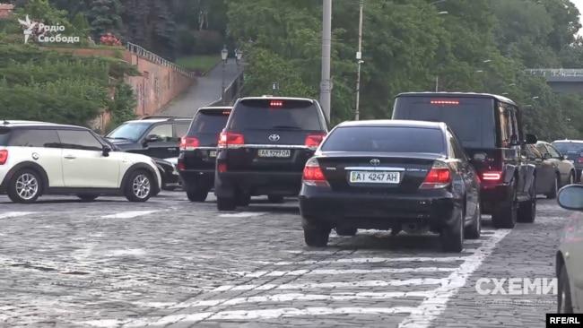 Журналісти помітили, як автівки кортежу знову «прорвалися» на зустрічну смугу