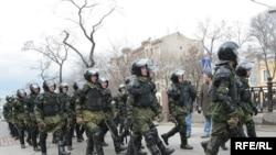 Участники экскурсии намеревались прогуляться по московским бульварам, где 14 апреля проходил «Марш несогласных», который пытался разогнать ОМОН