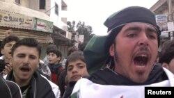Участники акции протеста против режима президента Сирии Башар аль-Ассада в Кафранбеле, 19 февраля 2012 года.