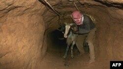 Fələstinlər ərzaq, tikinti materialları, paltarı bu tunellərlə gətirir.