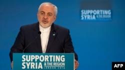 محمدجواد ظریف در حال سخنرانی در کنفرانس بینالمللی کمک به سوریه در لندن- پنجشنبه ۱۵ بهمن.