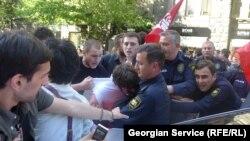 Полицейские задерживают студентов, участвовавших в акции протеста. Тбилиси, 1 мая 2013 года. Иллюстративное фото.