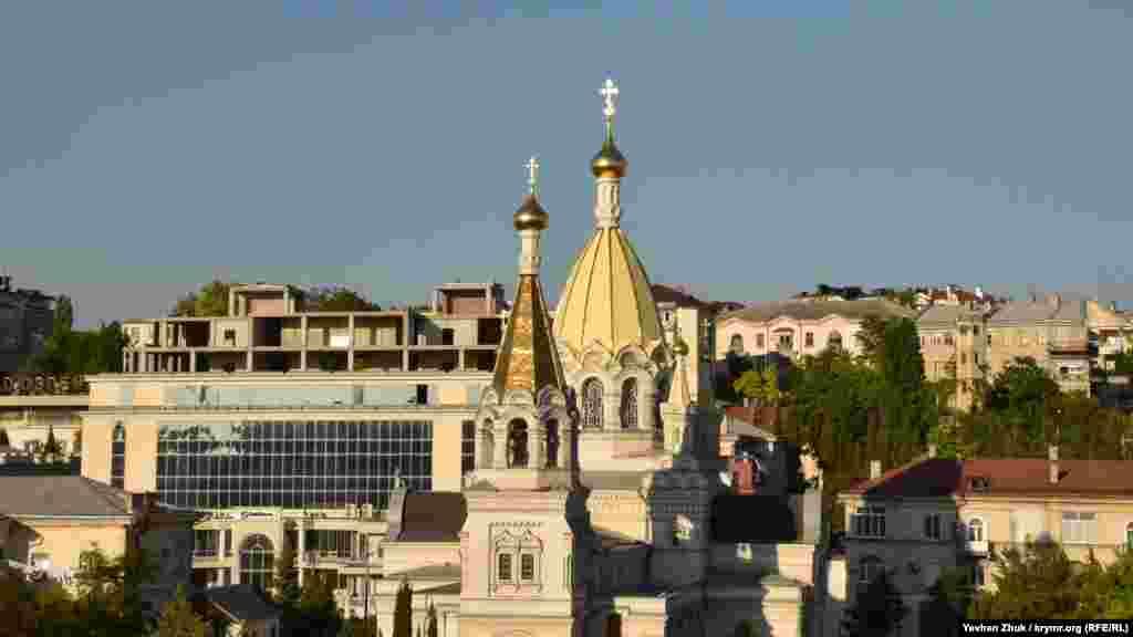 Купола Покровского собора возвышаются над улицей Большой Морской