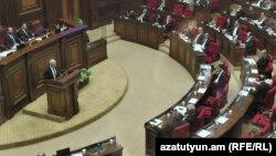 Министр финансов Атом Джанджугазян представляет проект бюджета на 2020 год, Ереван, 5 декабря 2019 г.