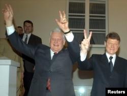 2003 год. Прэм'ер Літвы Альгірдас Бразаўскас і прэзыдэнт Раландас Паксас сьвяткуюць далучэньне Літвы да Эўразьвязу.