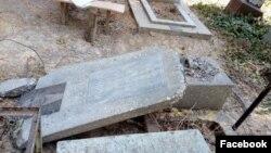 Разрушенные надгробные памятники на Домрабадском кладбище в Ташкенте.