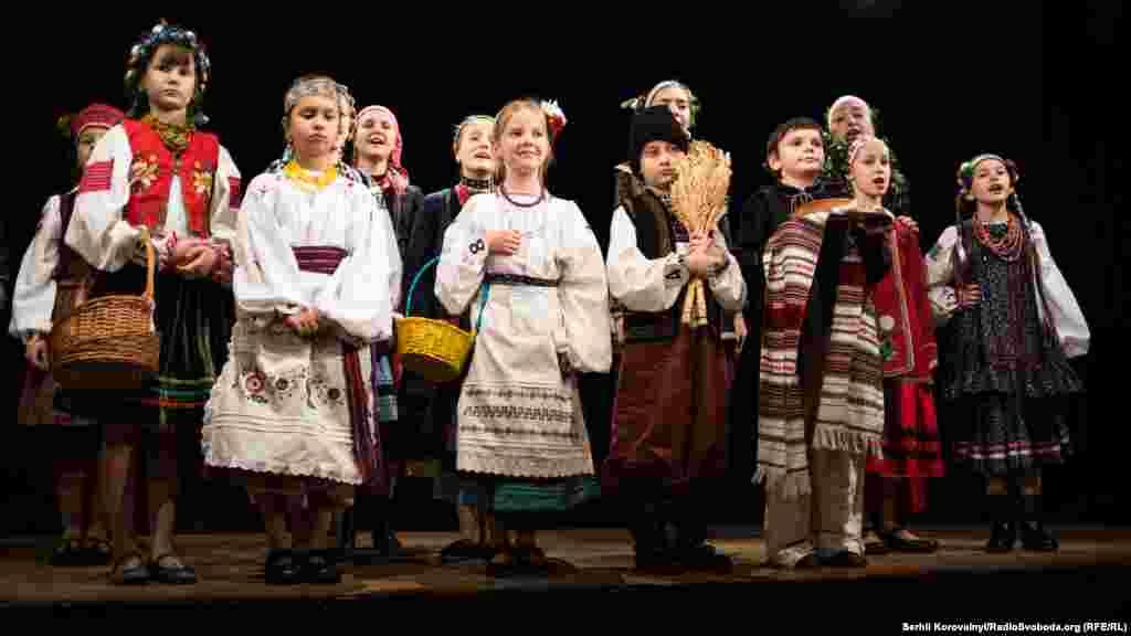 У святковому вбранні діти, як справжні моделі, пройшли імпровізованим подіумом