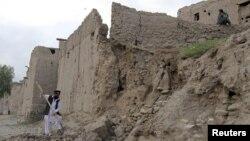 Чоловік розчищає завали після того, як внаслідок землетрусу обвалилася частина його будинку, Джалалабад, Афганістан, 26 жовтня 2015 року