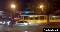 Жолындағы көліктерді жапырып өтіп бара жатқан трамвай. Алматы, Мақатаев көшесі, 13 қазан 2015 жыл. Youtube желісіндегі видеодан алынған скриншот.