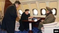 Лидер КНДР Ким Чен Ун на борту своего самолета с военными советниками