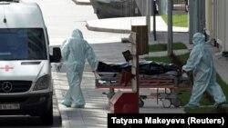 Ілюстрацыйнае фота. Мэдыкі вывозяць цела памерлага ад каранавірусу ў Маскве, 21 красавіка 2020 году