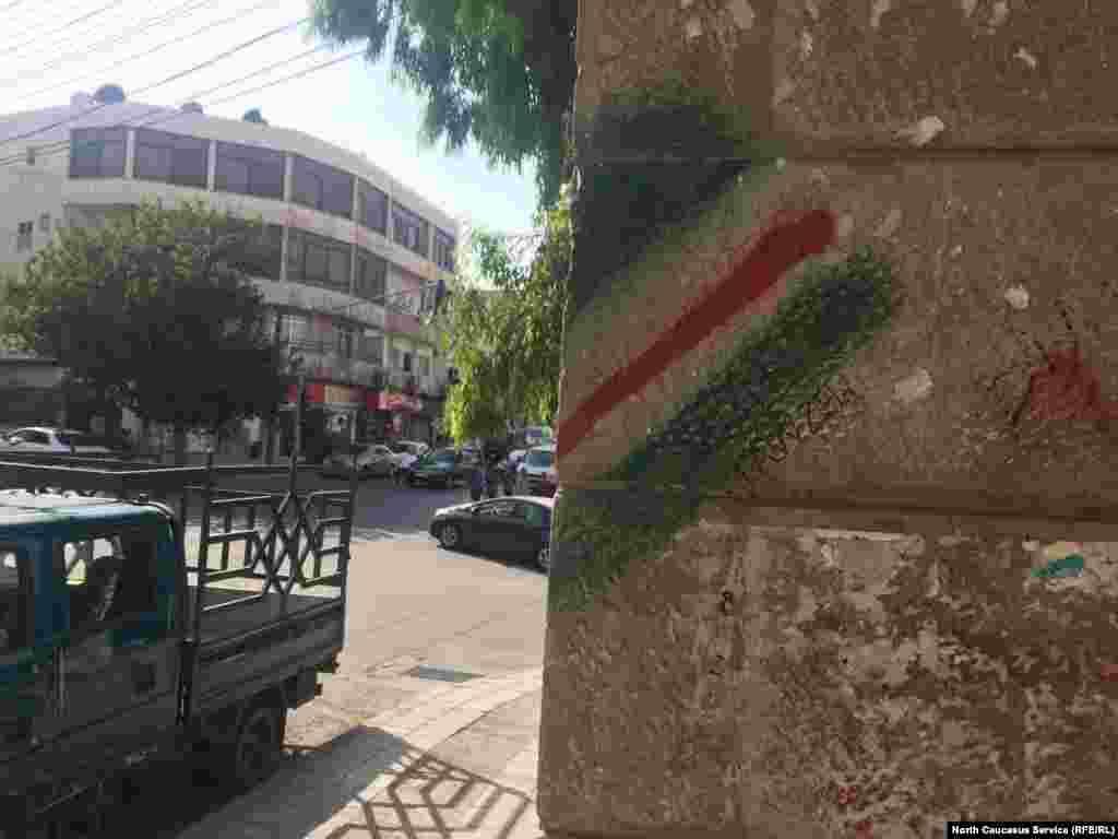 """""""Здесь были чеченцы"""". Стены в чеченском районе Сувейлях"""