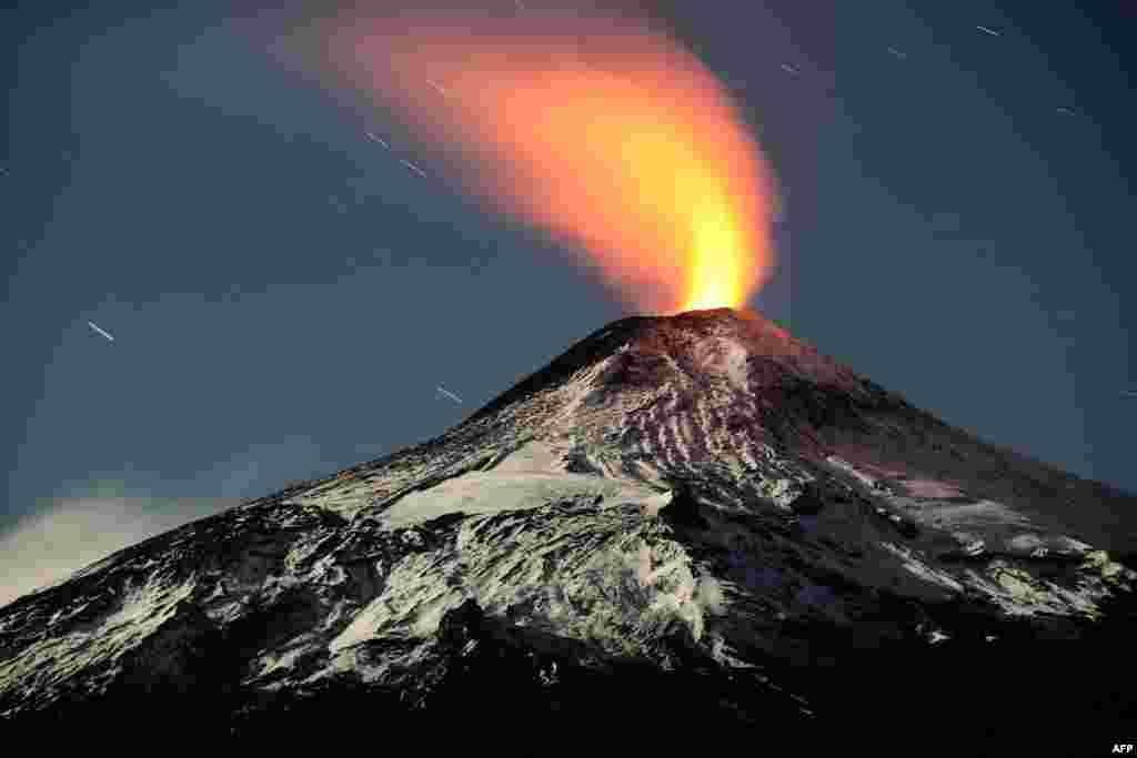 На фото - вулкан Вильяррика в Чили. В мае произошло уже второе извержение, спустя 2 месяца после первого. Более того, с марта 2015 года в Чили активны 2 крупнейших вулкана