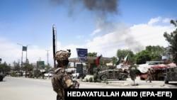 Сотрудник сил безопасности Афганистана у места нападения. Кабул, 12 мая 2020 года.
